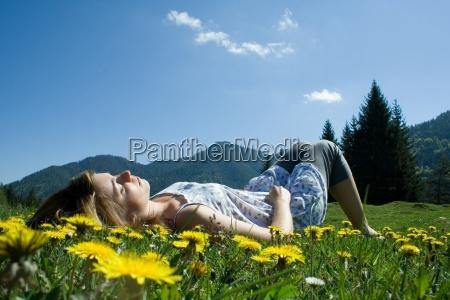 wiese frau jung maedchen liegen sommer