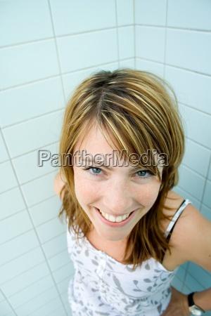langweile frau dusche huebsch sommersprossen blau