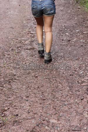 wandern wanderung weg strasse schotterweg sommer