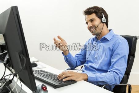attraktiver junger mann mit headset im