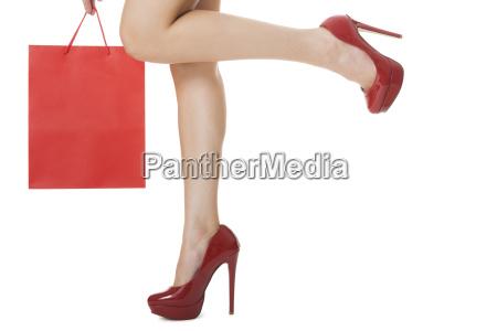 weibliche attraktive formschoene beine mit roten
