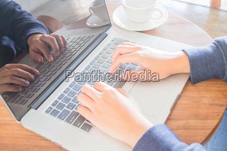 arbeitsbereich mit laptop und kaffeetasse auf