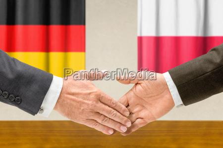 vertreter deutschlands und polens reichen sich