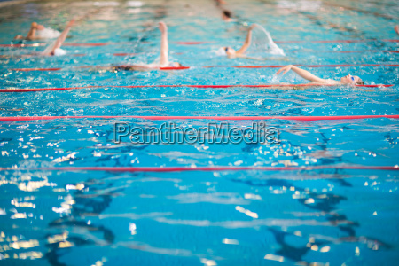 menschen die im hallenbad schwimmen flache