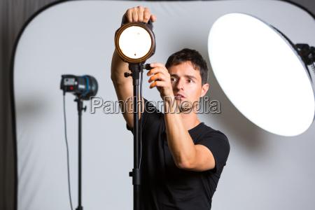 junge pro fotograf in seinem studio
