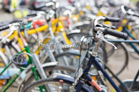 fahrradverleih viele fahrraeder stehen in
