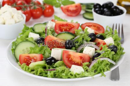 griechischer salat auf teller tisch mit