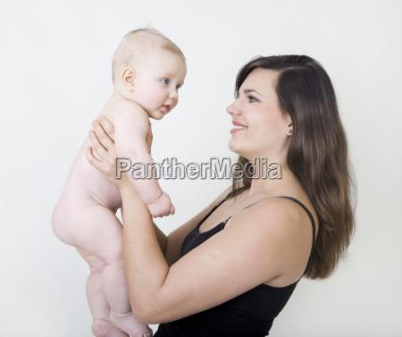 mor med nogen baby