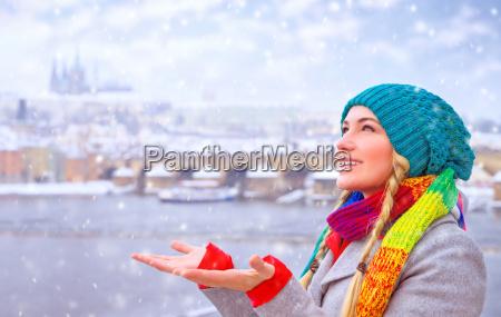 glueckliche frau geniessen schneefall