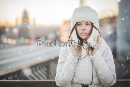 russische frau in der winterstadt