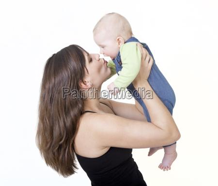 mutter kuesst ihr baby