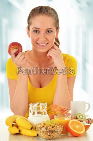 junge frau mit fruehstueck ausgewogene ernaehrung