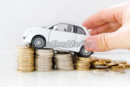 auto mit geld und hand