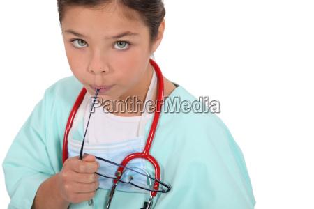 kind als arzt in scheuert gekleidet