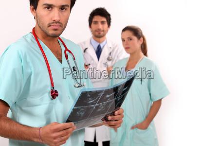 krankenschwester schaut auf ultraschall