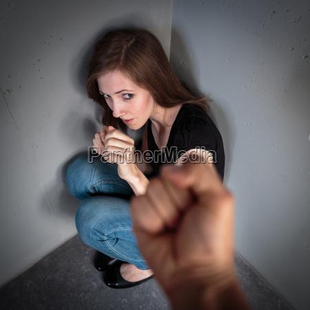 frau in angst vor haeuslicher gewalt
