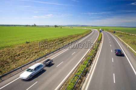 verkehr, autobahn, an, einem, schönen, sonnigen, sommertag - 13380624