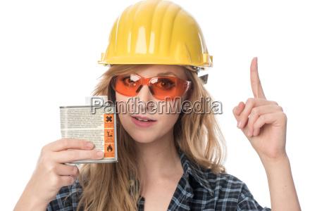 handwerker mit schutzbrille haelt lackdose