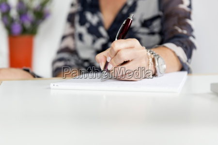 hand frau schreibend mit kugelschreiber und