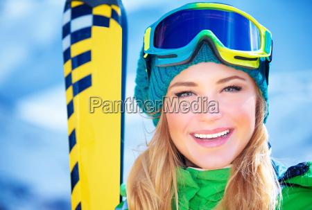 glueckliches skifahrermaedchenportraet