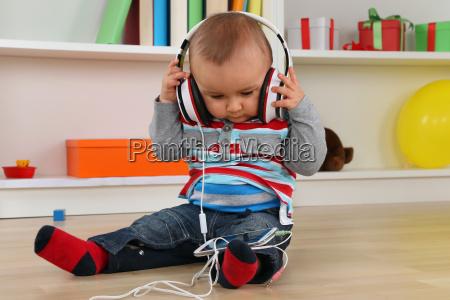 baby beim hoeren von musik ueber