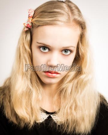 schoene blonde teenager maedchen blick in
