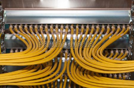 grosses netzwerk mit netzwerkkabel im rechenzentrum
