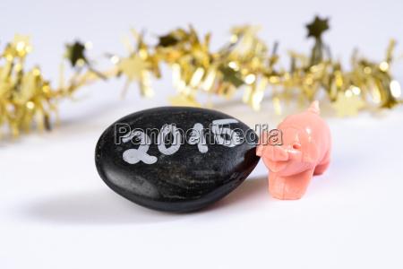 schwarzer stein mit jahreszahl 2015 daneben