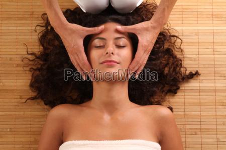 frau entspannt bei einer kopfmassage