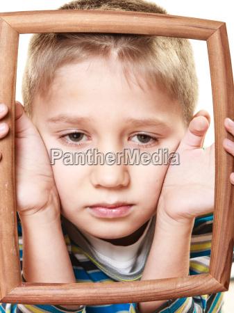 wenig traurig junge kind sein gesicht
