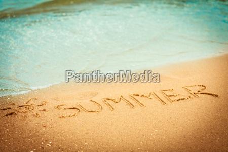 das wort sommer in den sand