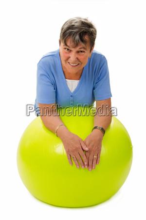 seniorin auf gymnastikball