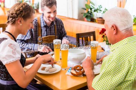 leute trinken weissbier in bayerischer kneipe