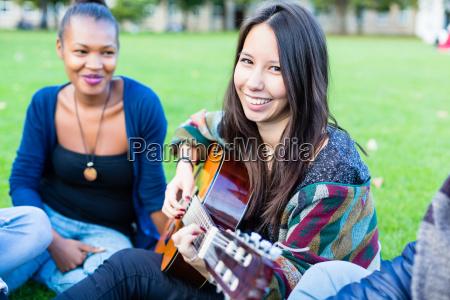 gitarristin macht musik mit freuden im