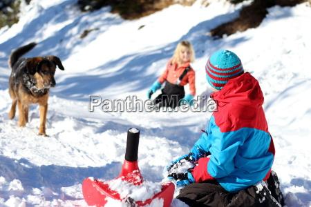 kinder spielen im schnee