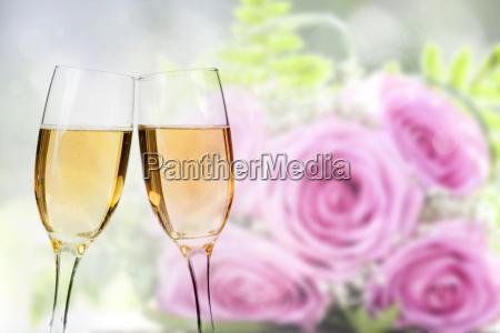 feiert mit champagner
