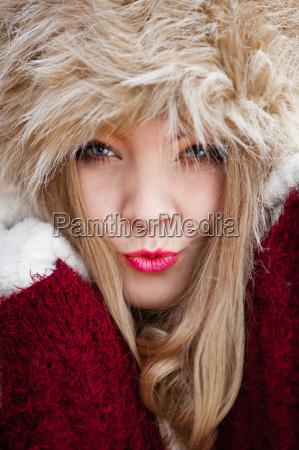 frau in der winterkleidung pelzmuetze im