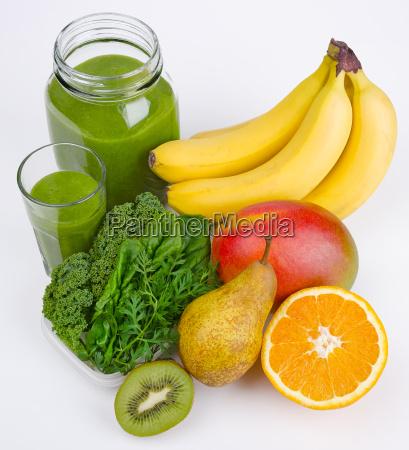 gruener smoothie mit drei gruenen und