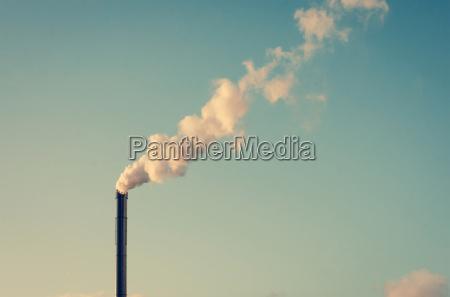 fabrik mit rauchen schornstein