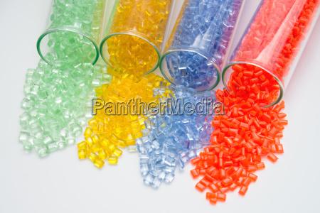 verschieden farbige kunststoff granulate in testroehrchen