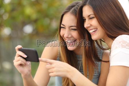 zwei lustige frauen freunde lachen und