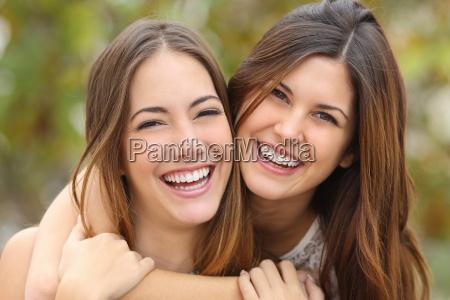 zwei frauen freunde mit einem perfekten