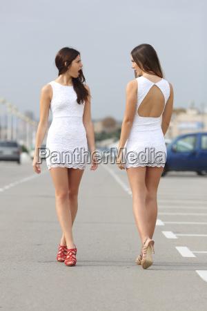 zwei frauen mit dem gleichen kleid