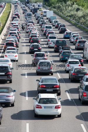 autostau auf autobahn im berufsverkehr und
