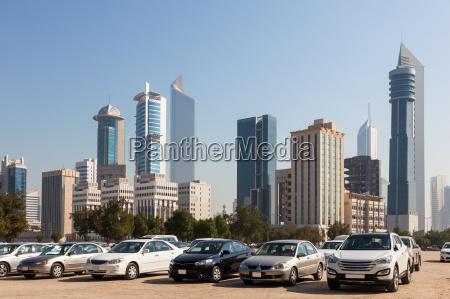 autos vor wolkenkratzern von kuwait city