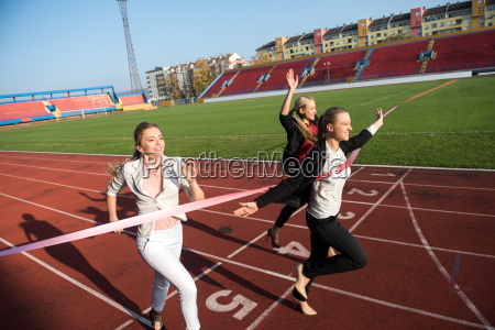 geschaeftsleute die auf rennbahn laufen