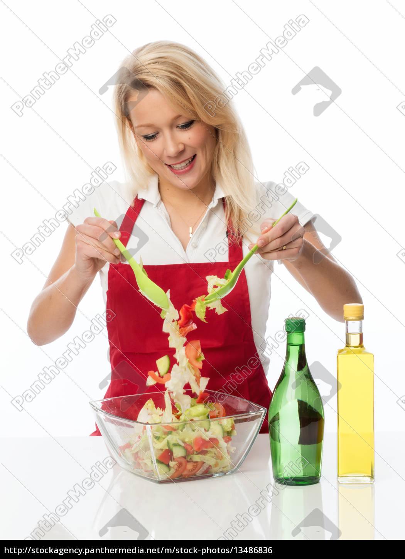 hausfrau, rührt, mit, einem, salatbesteck, einen - 13486836