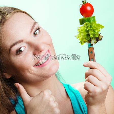 abnehmen gewichtsverlust konzept maedchen mit gemuese