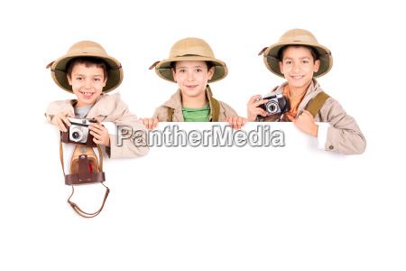 jungs in safari kleidung