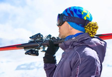 huebscher skifahrer mann